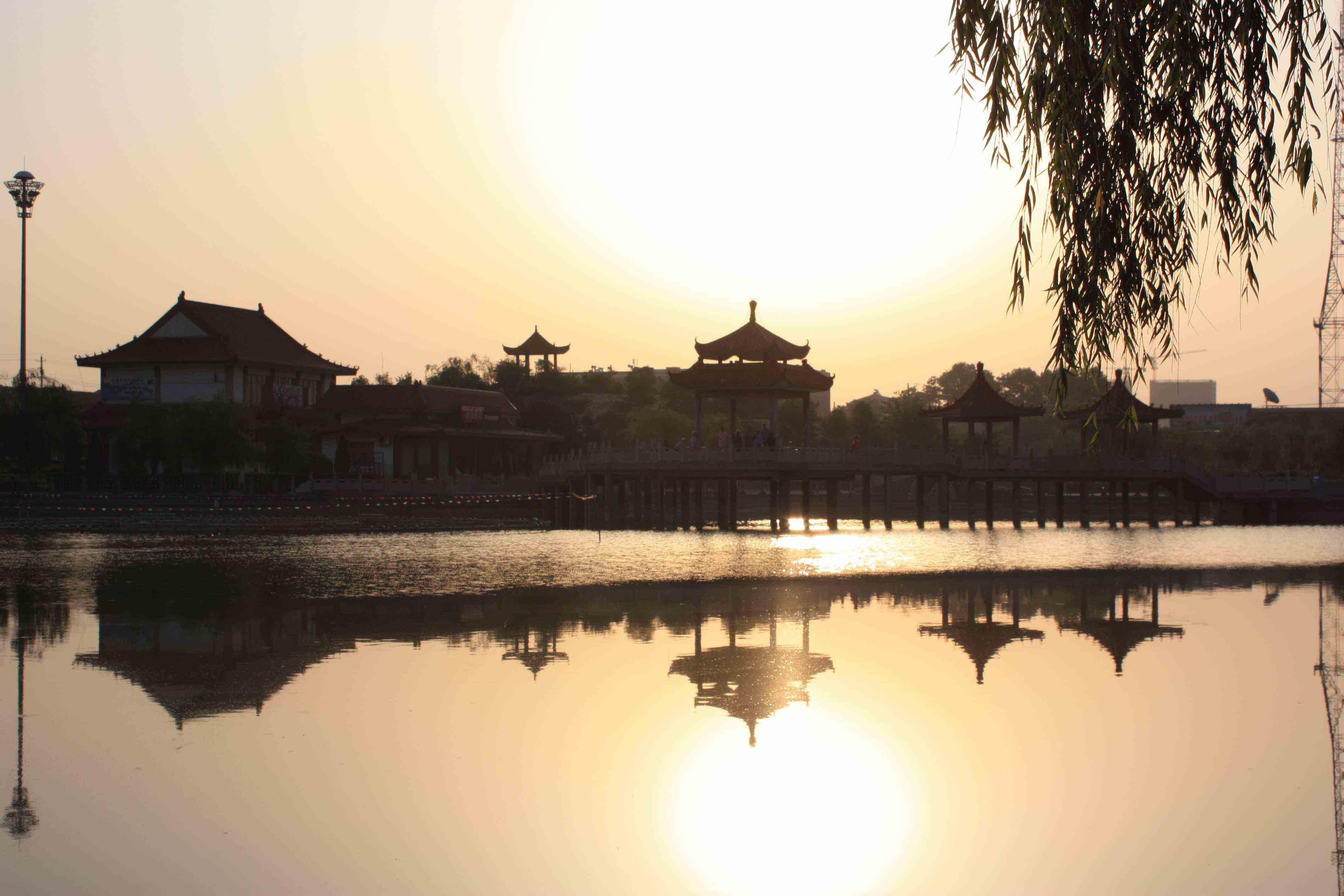 东与高陵,三原相连,南与西安市,咸阳渭城区相邻,西与礼泉县交界,北依